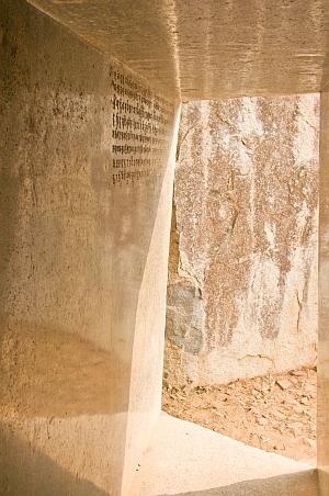 """""""Magnífica entrada a las cuevas excavadas en la roca Vapiyaka """" D7295_s"""