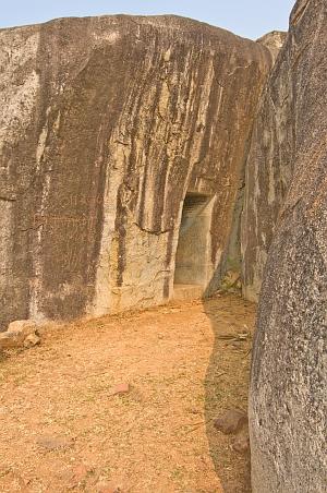 """""""Magnífica entrada a las cuevas excavadas en la roca Vapiyaka """" D7304_s"""