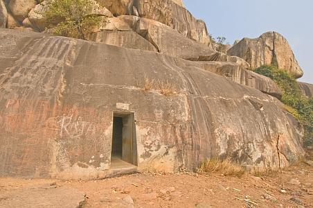 """""""Magnífica entrada a las cuevas excavadas en la roca Vapiyaka """" D7360_s"""