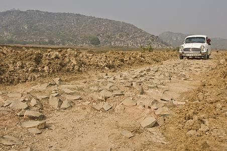 """""""Magnífica entrada a las cuevas excavadas en la roca Vapiyaka """" D7373_s"""